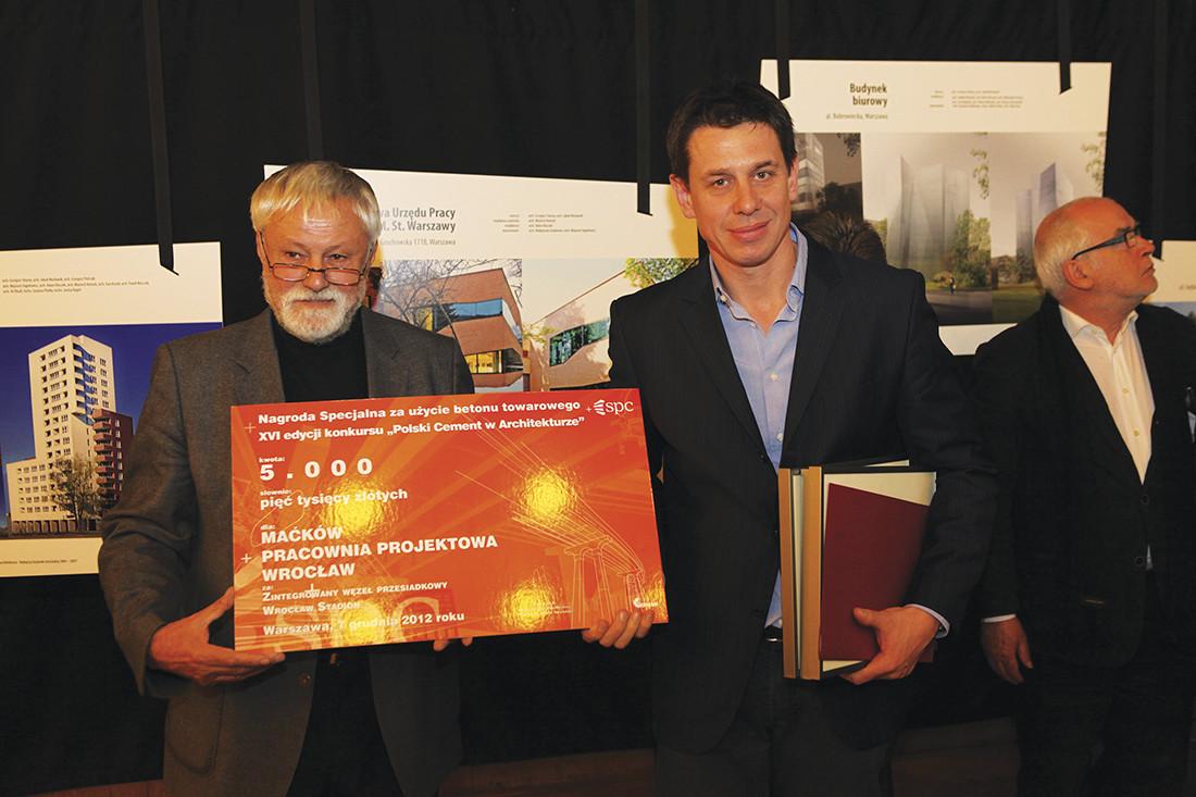 Od lewej: Alojzy Malczak z Mostostalu Warszawa – wykonawca Centrum Komputerowego AGH w Krakowie i architekt Jacek Czech z Pracowni APA Czech, Duliński, Wróbel