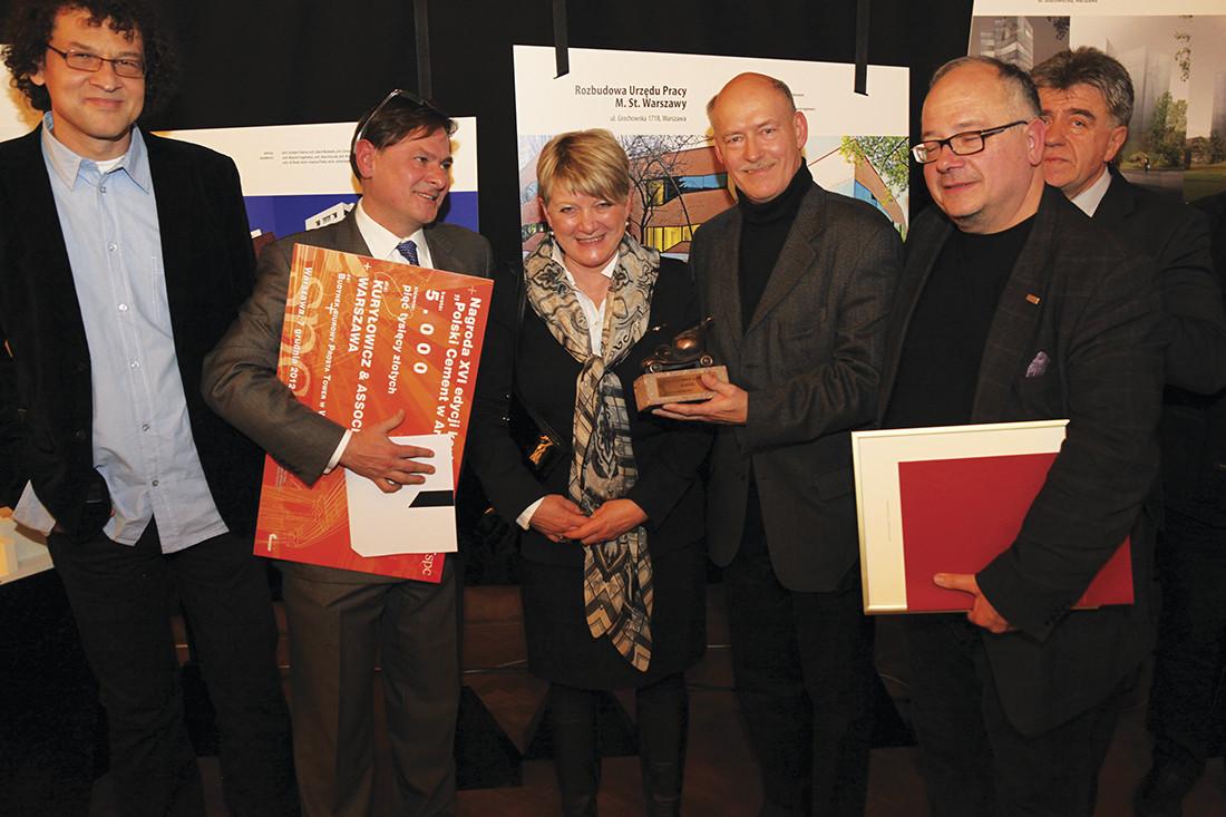 Dr Zdzisław Kohutek wręczył nagrodę specjalną ufundowaną przez Stowarzyszenie Producentów Betonu Towarowego dla Zbigniewa Maćków za projekt Zintegrowany Węzeł Przesiadkowy, Wrocław-Stadion