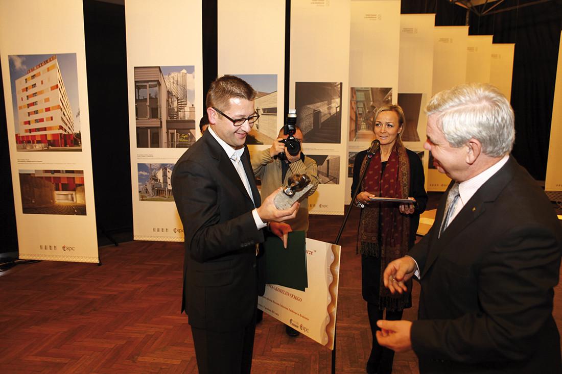 Bartłomiej Kisielewski odbiera nagrodę za nowy budynek główny Muzeum Lotnictwa Polskiego w Krakowie