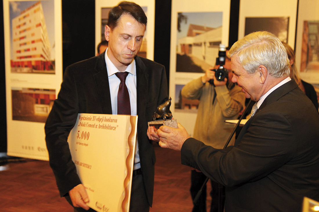Marcin Sadowski odbiera nagrodę za dom jednorodzinny na warszawskim Wilanowie