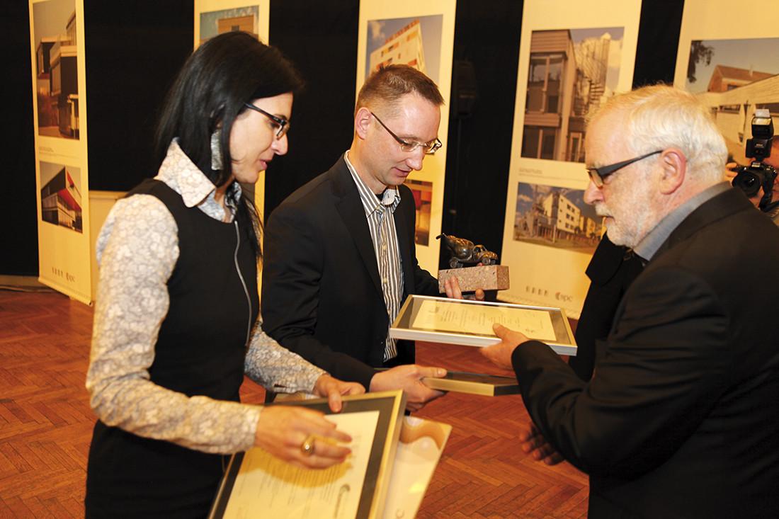 Małgorzata i Andrzej Zatwarniccy odbierają wyróżnienie za projekt Miejskiej Biblioteki Publicznej w Opolu