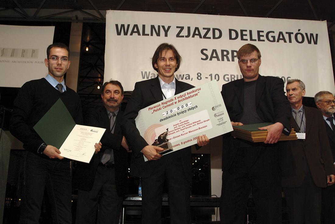 Pierwszą nagrodę i czek na dwadzieścia tysięcy złotych otrzymał arch. Tomasz Konior, główny projektant Gimnazjum i Ośrodka Kultury Warszawa – Białołęka