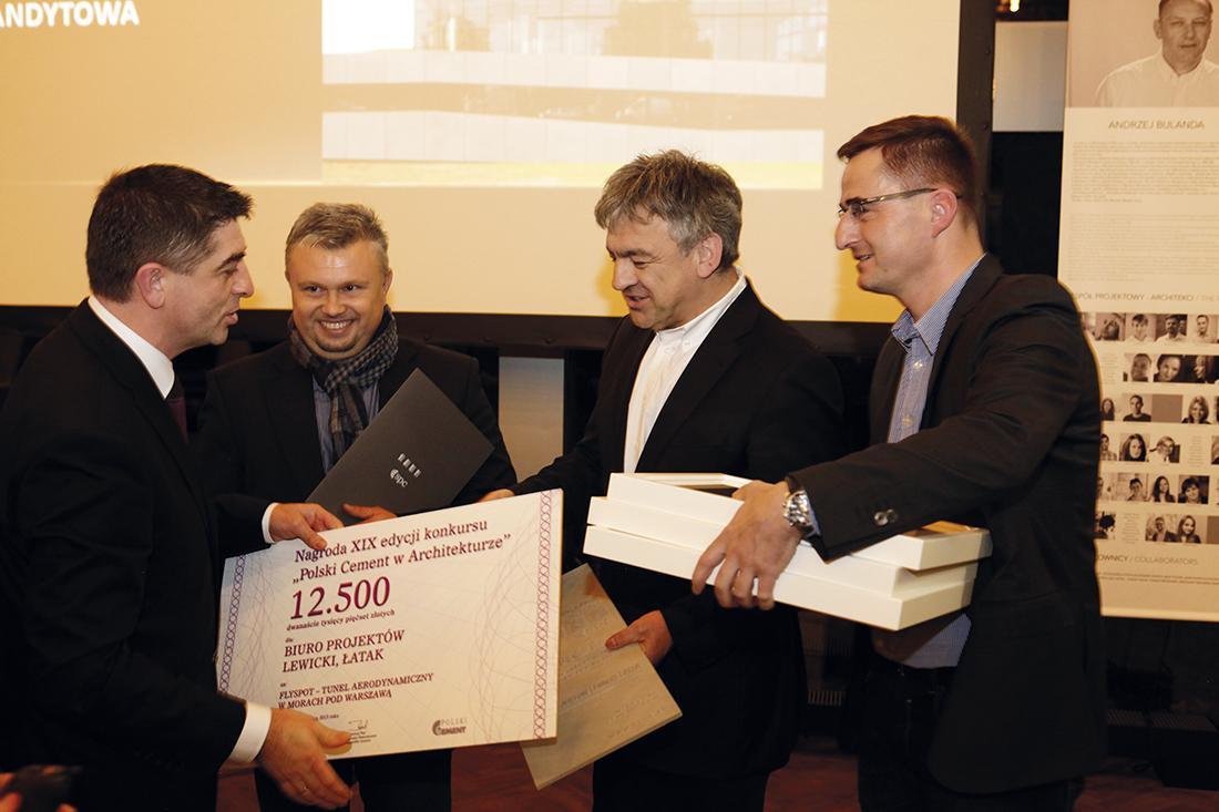 Zbigniew Pilch, szef marketingu SPC (z lewej) wręcza pierwszą nagrodę za projekt Flyspot arch. Kazimierzowi Łatakowi z pracowni Lewicki Łatak (drugi z prawej). Dyplomy i gratulacje otrzymali również inwestorzy Flyspot: Marcin Socha-Jakubowski (drugi z lewej) i Michał Braszczyński (z prawej)