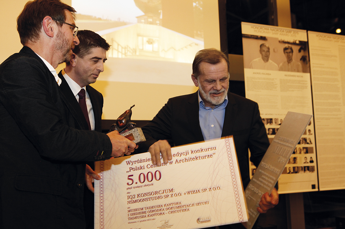 Arch. Stanisław Deńko odbiera wyróżnienie za Muzeum Tadeusza Kantora i siedzibę Ośrodka Dokumentacji Sztuki Tadeusza Kantora Cricoteka w Krakowie