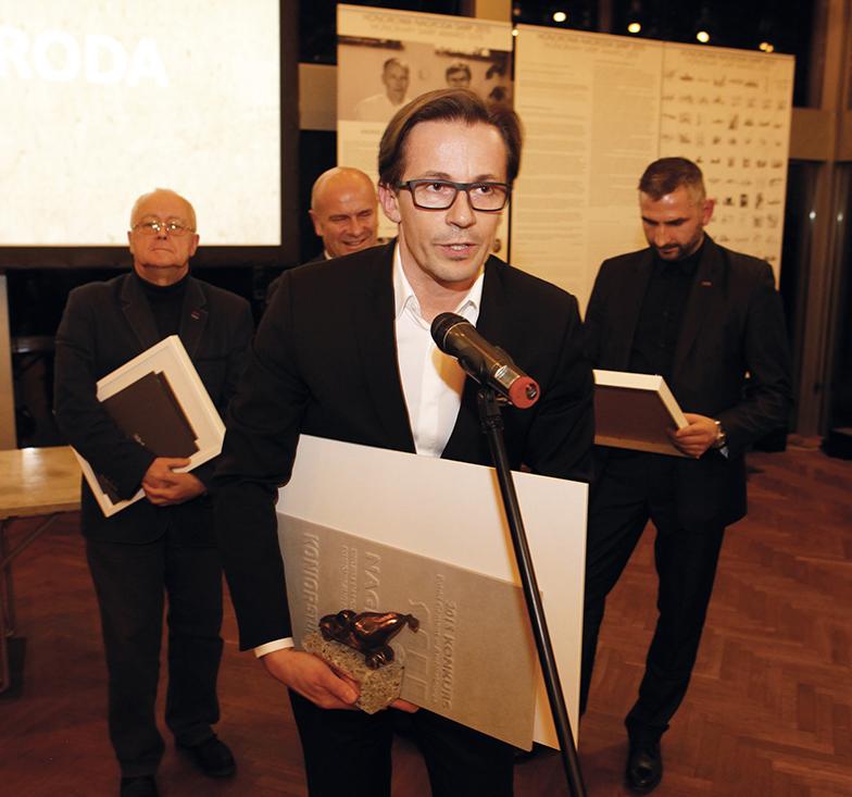 Arch. Tomasz Konior odbiera pierwszą nagrodę za projekt NOSPR Katowice