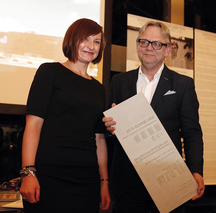 Justyna Piotrowska-Łój z SPBT wręczyła nagrodę specjalną arch. Wojciechowi Targowskiemu z pracowni FORT za projekt Europejskiego Centrum Solidarności w Gdańsku