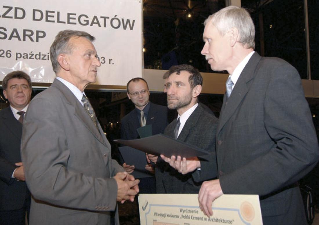 Gratulacje i dyplom za projekt Cmentarza Komunalnego w Częstochowie od Kazimierza Ferenca (z lewej) odbiera przedstawiciel inwestora, Tadeusz Wrona - prezydent Częstochowy