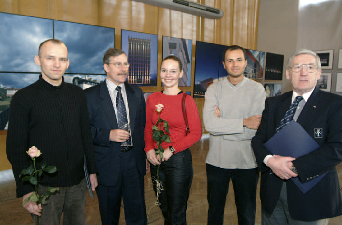 Andrzej Werkowski, prezes SPBT (drugi od lewej), z zespołem autorów projektu Centrum Olimpijskiego w Warszawie, którzy otrzymali Nagrodę Specjalną SPBT