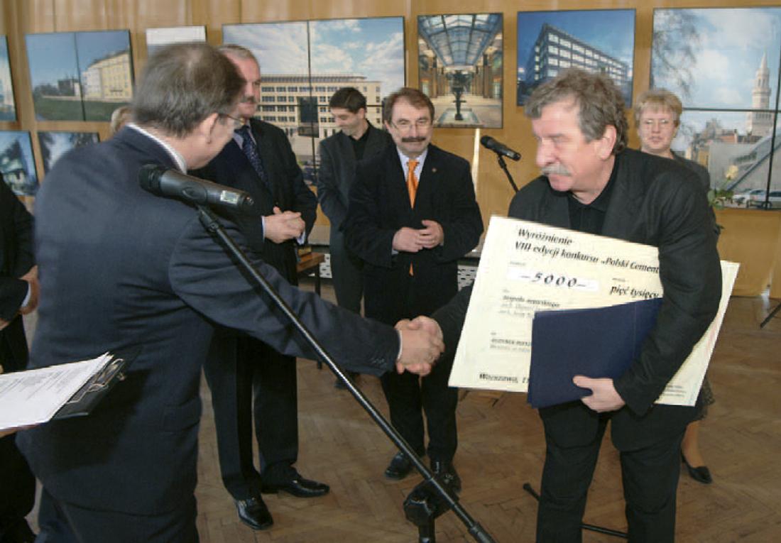 Wyróżnienie za budynek mieszkalny przy ul. Fałata w Warszawie odbiera w imieniu zespołu arch. Olgierd Jagiełło