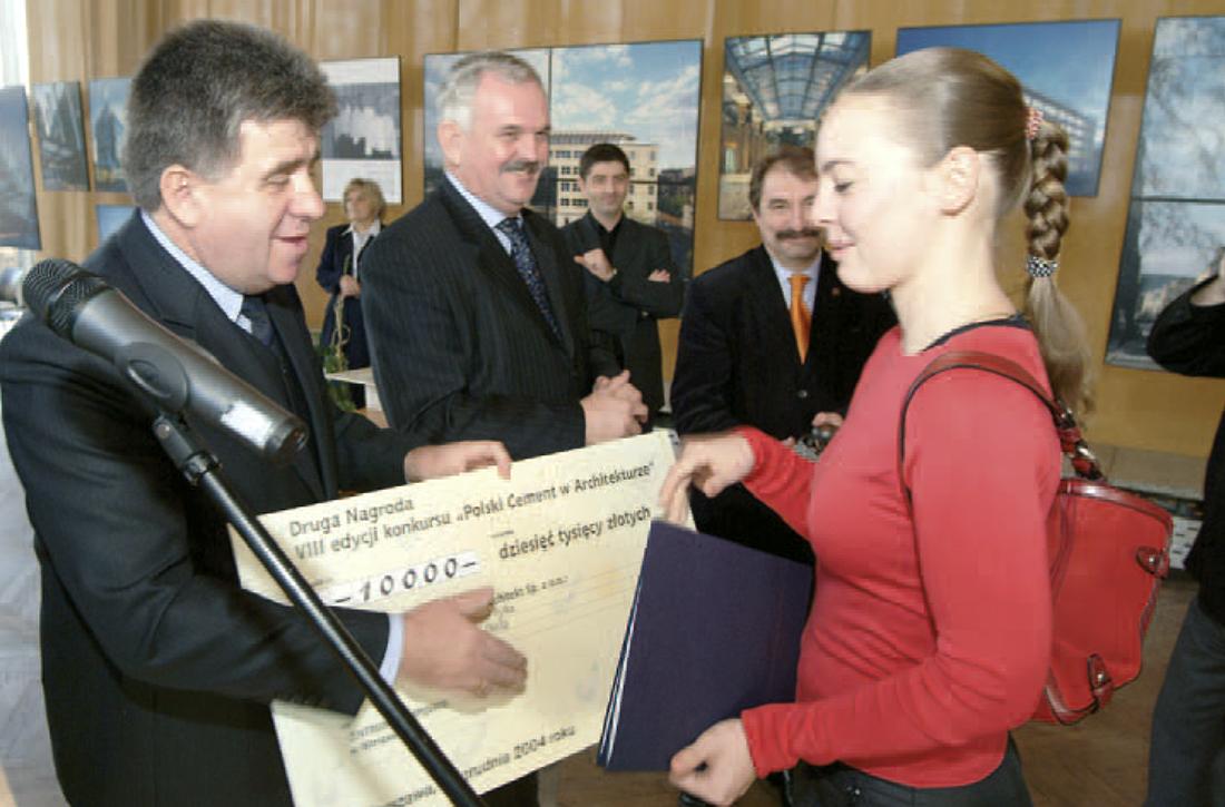 Prezesi Andrzej Tekiel i Jan Deja wręczają nagrodę przedstawicielce zespołu, który zdobył Drugą Nagrodę – projektantom Centrum Olimpijskiego w Warszawie