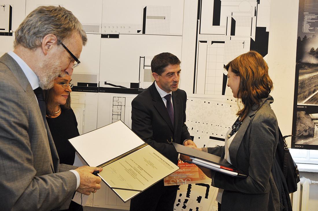 Nagrody w konkursie Architektura Betonowa 2012 wręczali (od lewej): dziekan Wydz. Arch. prof. Jacek Gyurkovich, prof. Maria Misiągiewicz oraz Zbigniew Pilch SPC