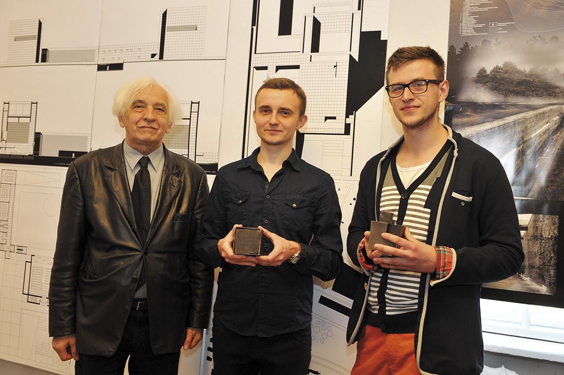 Laureaci nagrody Architektura Betonowa 2012 (od prawej): Rafał Piniaź, Łukasz Pajka wraz z prof. Dariuszem Kozłowskim