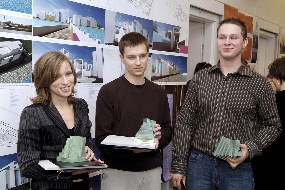 Autorzy nagrodzonych prac (od lewej): Ernestyna Szpakowska, Mateusz Stolarski i Dariusz Szyłko
