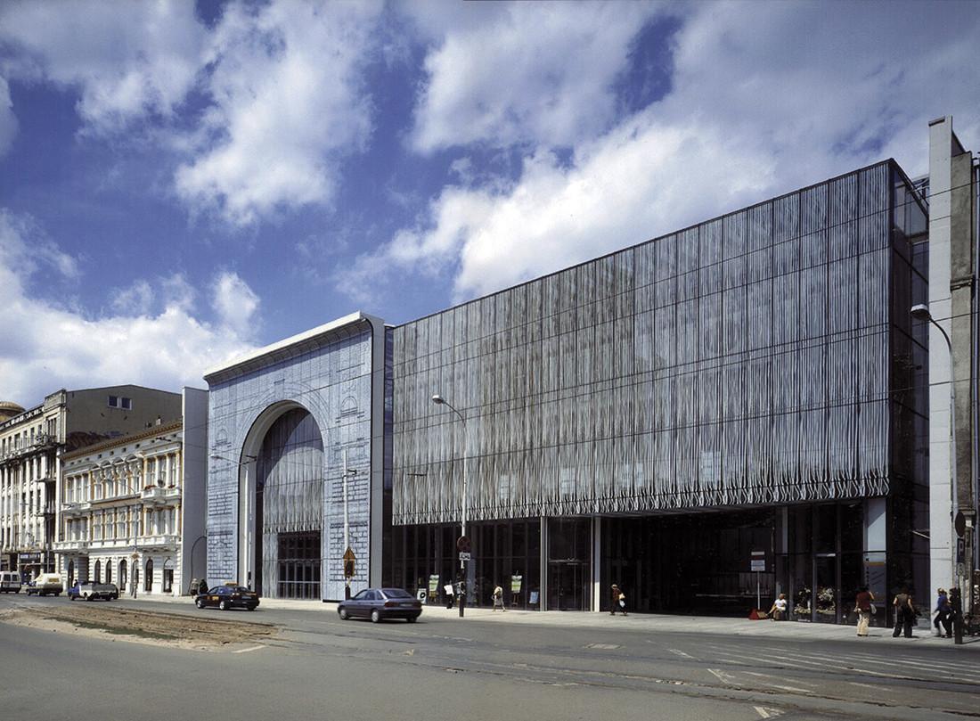 Wyróżnienie za projekt łódzkiej filharmonii przyznano za uczynienie z wykonanych w betonie architektonicznym elementów struktury budynku czynnikiem decydującym o charakterze wnętrza