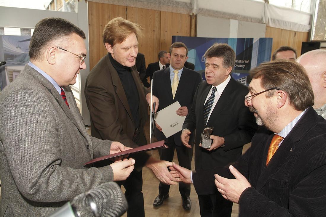 Arch. Andrzej M. Chołdzyński (drugi z lewej) odbiera wyróżnienie i gratulacje za projekt Stacji Metra A18 Plac Wilsona wraz z torami odstawczymi