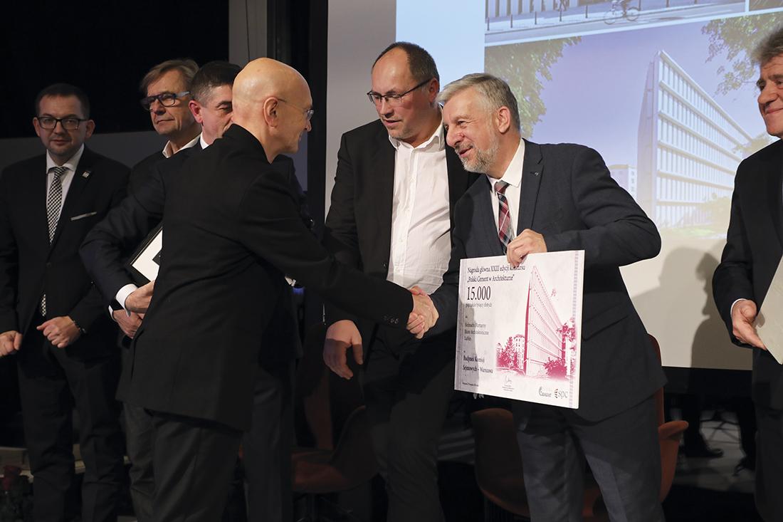 Wręczenie nagrody głównej arch. Bolesławowi Stelmachowi przez przewodniczącego SPC Krzysztofa Kieresa