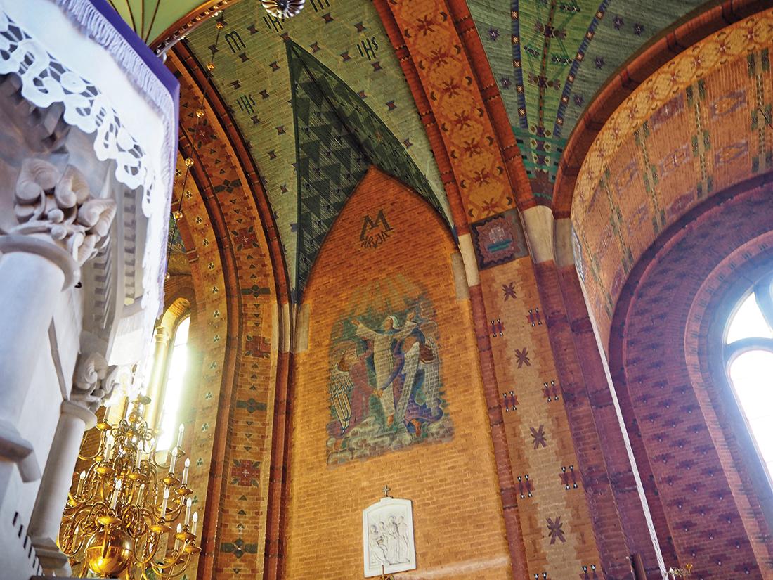 Kościół wSuchej Beskidzkiej, fragment ambony iwnętrza zmalowidłami bezpośrednio na cegle