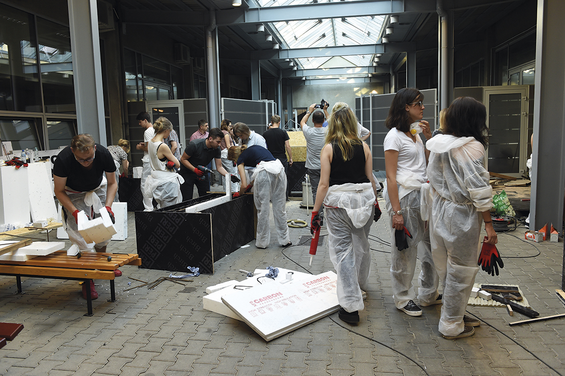 Studenci podczas Warsztatów Betonowych wKrakowie