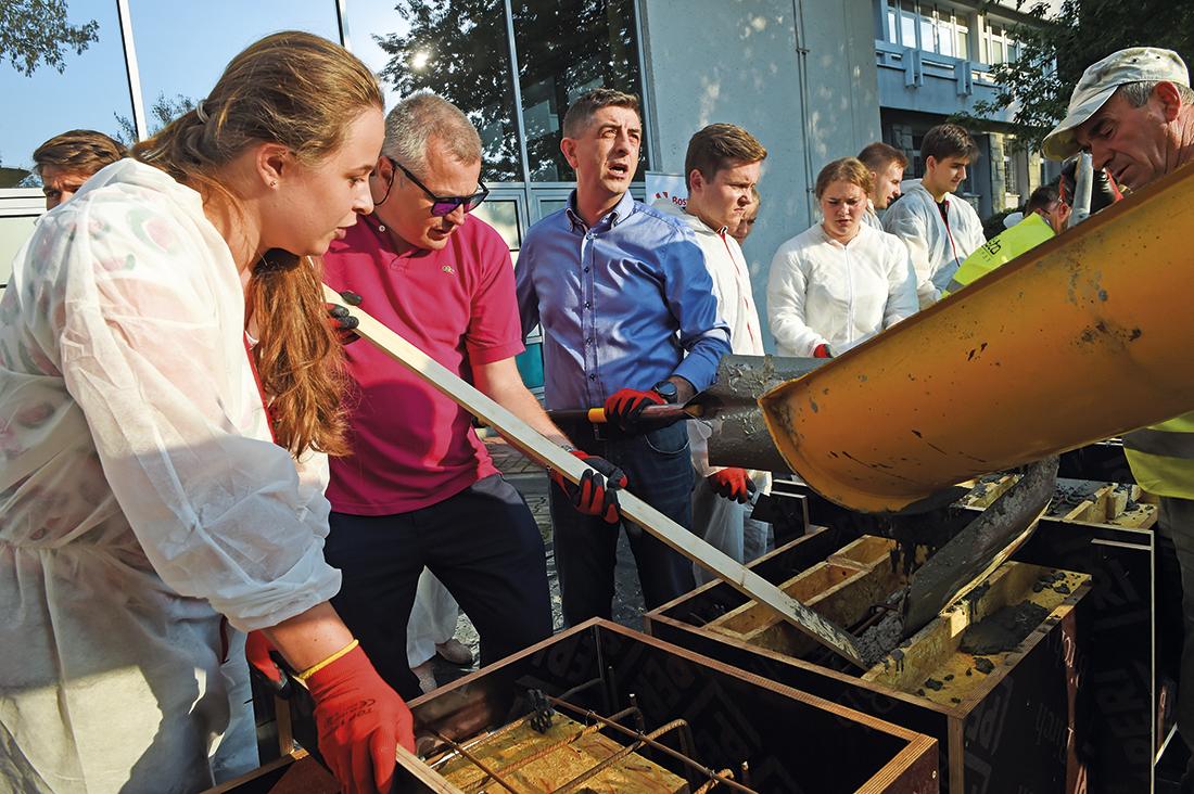 Prof. Tomasz Kozłowski (drugi zlewej) podczas pracy ze studentami podczas Warsztatów Betonowych wKrakowie