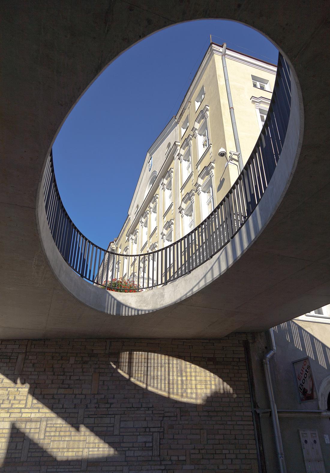 Rewitalizacja starówki wGorlicach, widok spod betonowej kładki na ratusz